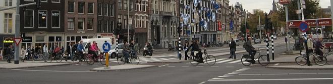 Pyöräilyä Amsterdamissa. Huomaa täysin esteetön ja tasainen pyörätie – minkäänlaisia reunakiveyksiä pyörätiellä ei ole.