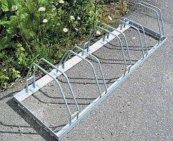 Pyöräteline, joka saattaa aiheuttaa etukiekon vääntymisen. Pyöräänsä ei kannata laittaa tällaisiin telineisiin.