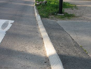 Tällaiset reunakiveykset estävät ajamisen pyörälaukkujen, lastenistuimen tai kauppakassien kanssa.