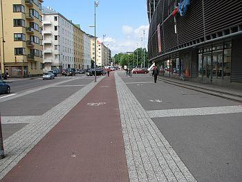 Laadukkaasti erotellut jalkakäytävä ja pyörätie Helsingissä. Huomaa oikeaoppiset pyörätien kaistojen merkinnät.