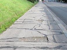 Paikkailtua ja monttuista asfalttia Jyväskylän Yliopistonkadulla.