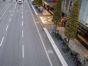 Pyöräkaista Tukholmassa. Voidaan kysyä, olisiko pyöräily sujuvampaa kyseisellä pyöräkaistalla vai viereisellä jalkaväylällä (jos se olisi kevytväylä)?