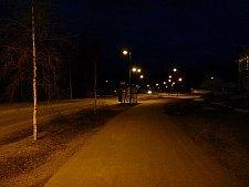 Melko toimivaa jalkakäytävän ja pyörätien valaistusta Jyväskylän Mustalammentiellä. Lamppujen välinen etäisyys on hieman liian pitkä.