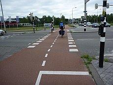 Täydellisen suora, selkeä ja tasainen risteys Hollannin Bredassa.