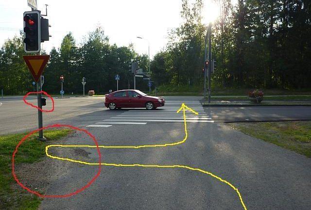 Liikennesääntöjen mukainen pyöräilyreitti on merkitty keltaisella, risteyksen ongelmat punaisella.