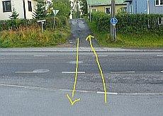 Yhdistetty kevytväylä jatkuu kadun toisella puolella. Ongelmana on, ettei kevytväylälle ole mitään ajoreittiä. Autotie pitäisi ylittää kohtisuoraan – matkalla on kaksi jyrkkää reunakiveystä ja poikittainen jalkakäytävä, jolla pyörää pitäisi taluttaa.