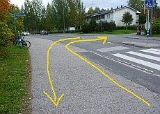 Opastettu pyöräilyreitti Vaajakoskentieltä Aittokalliontielle. Aittokalliontielle ei kuitenkaan ole ajoreittiä. Suojatie on tarkoitettu vain jalankulkijoille, joten pyöräilijöiden pitää taluttaa tai ajaa jyrkän reunakiveyksen ylitse.