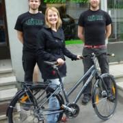 Pääpalkinto Trek Valencia -hybridin luovutustilaisuus Ride Cycle Storen edustalla. Taustalla Riden Jouni ja Tasse.