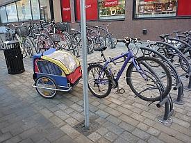 Vetävä pyörä on telineessä, mutta peräkärri tukki koko parkin. Parkissa pitäisi olla myös peräkärri- ja lastipyöräpaikkoja.