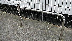 Runkolukitsemisen mahdollistava teline, johon on integroitu pumppu.