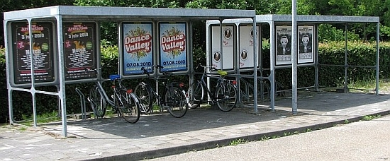 Katettu pyöräparkin ja bussipysäkin yhdistelmä Hollannissa. Tällaiset ratkaisut tukevat eri liikennemuotojen yhdistämistä.