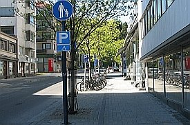 Pyöräparkki jalkakäytävällä Kilpisenkadulla: parkin luo ei voi pyöräillä liikennesääntöjen mukaisesti.