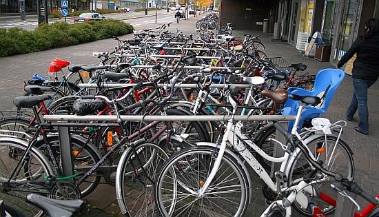 Kun pyöräpaikkoja ei ole riittävästi, parkki tukkeutuu ja sen käyttäminen muuttuu erittäin hankalaksi. Kuva on Jyväskylän Matkakeskuksen edustalta.