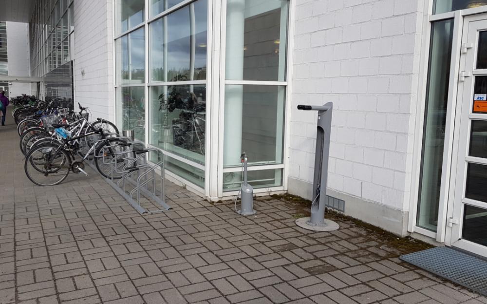Pumppu ja huoltoteline Jyväskylän yliopiston Agoralla.