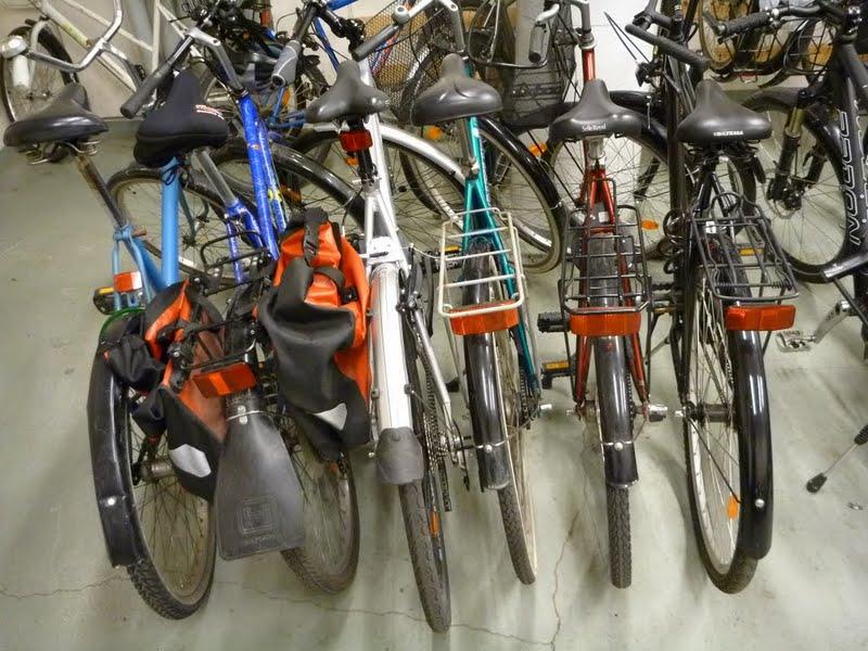 Tyypillinen taloyhtiön pyörävarasto. Oman pyöränsä saa irroitettua ainoastaan viiden muun pyörän siirtämisen jälkeen.