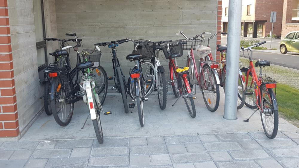 Jyväskylän Kankaalla uuden kerrostalon pyöräparkin kapasiteetti on riittämätön, joten osa pyöristä jää muiden taakse ja parkkia ei ole miellyttävä käyttää. Runkolukitusmahdollisuutta ei myöskään ole.
