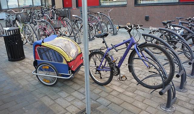 Pyörä on telineessä, mutta peräkärrylle ei ole paikkaa.