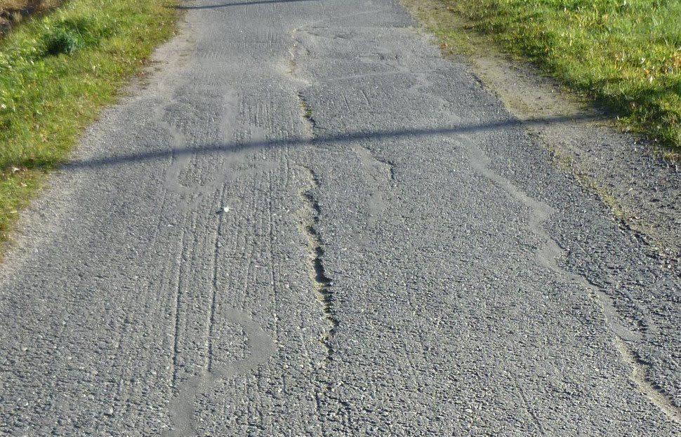 Monttuista ja halkeillutta asfalttia pyörätiellä.