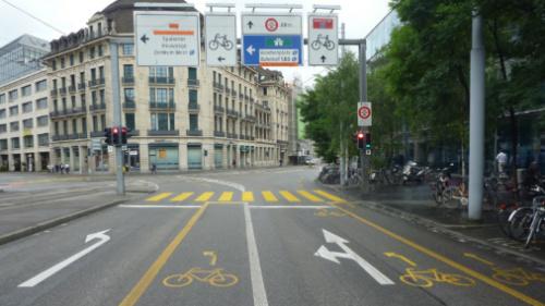 Pyöräilijän paikka ja jatkoyhteydet on merkitty selkeästi Sveitsin Baselissa.