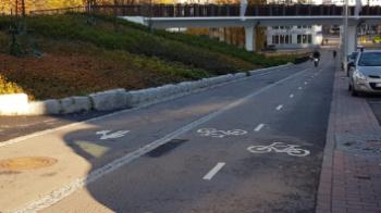 Eroteltua jalkakäytävää ja 2-suuntaista pyörätietä Helsingissä.