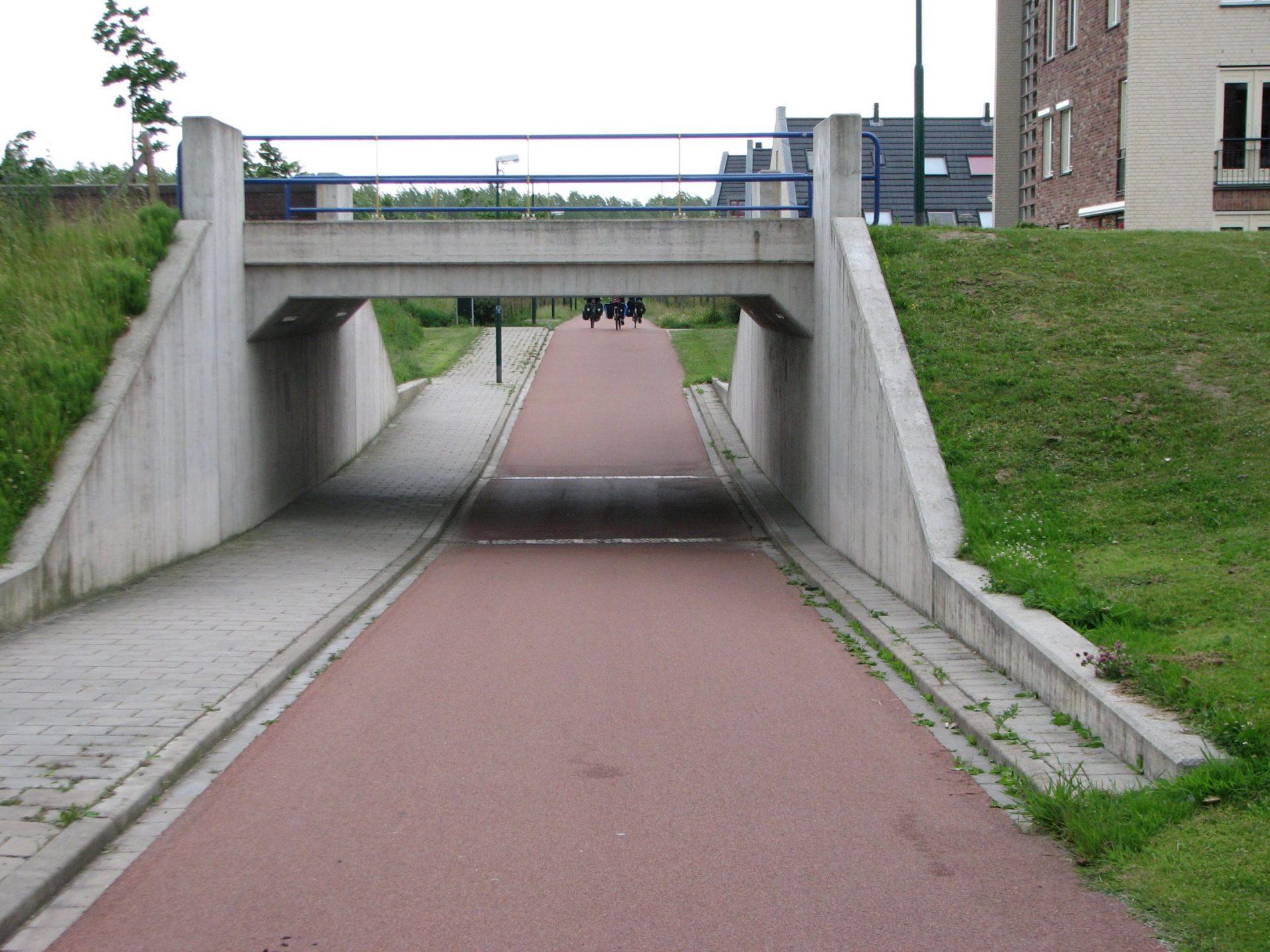 Selkeä ja turvallinen tunneli Hollannin Houtenissa. Hollannissa tunnelin viereen ei koskaan sijoiteta risteystä.