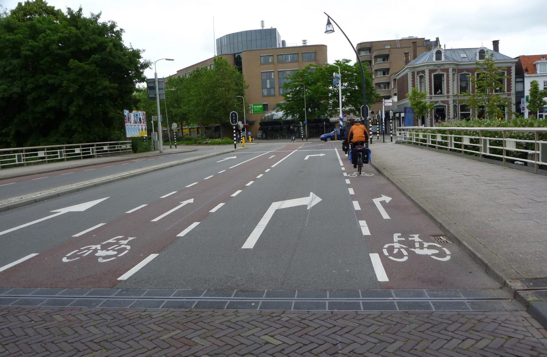Selkeitä asfalttimaalauksia Hollannin Zwollessa.