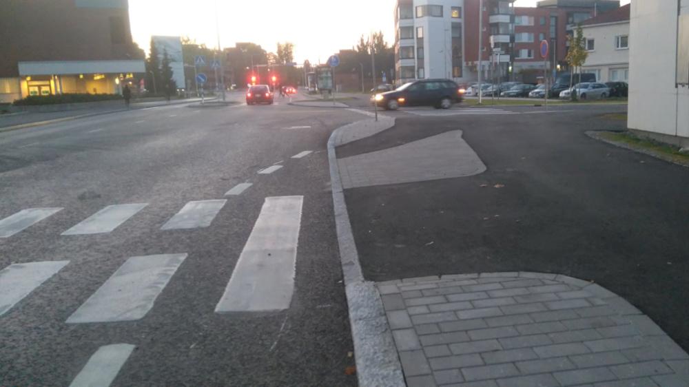 Pyöräkaistan päättyessä pyöräily on ohjattu jalkakäytävälle Jyväskylässä. Tähän ei ole saatu pyörätien merkkiä palautteista huolimatta.