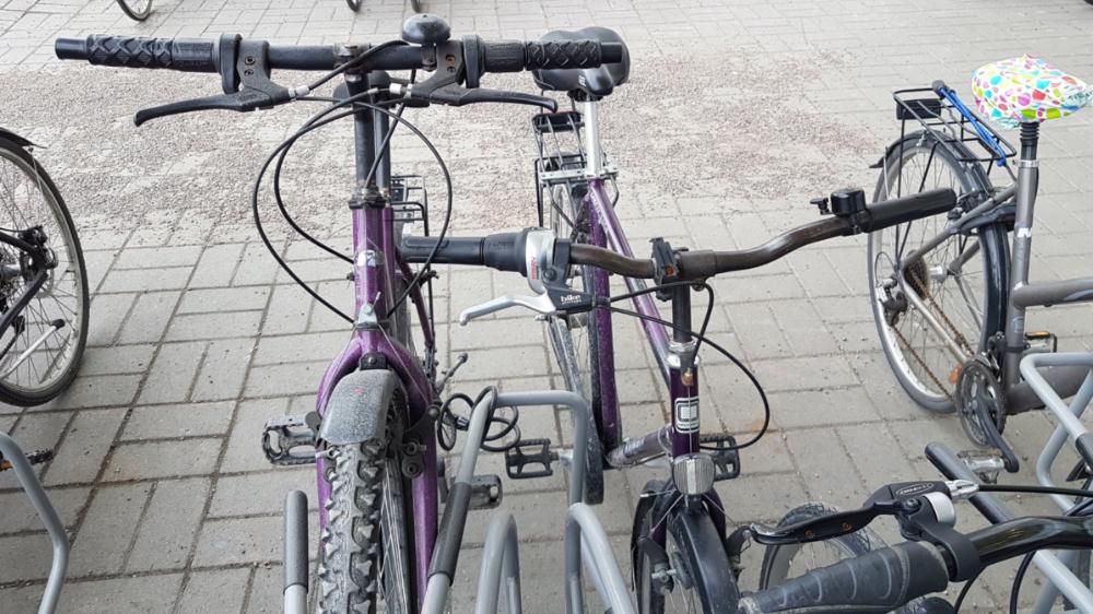 Pyöräpaikat ovat tässä Falcon Ideal -telineessä liian lähekkäin, joten vain joka toinen paikka on järkevästi käytettävissä. Jos kaikki paikat ovat käytössä, niin pyörät tarttuvat toisiinsa kiinni. Runkolukituskaaret ovat liian lyhyitä.