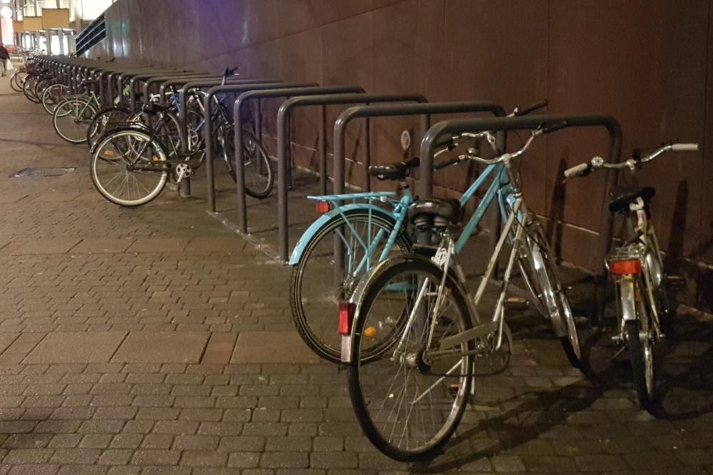 Jyväskylän Matkakeskuksella kaaritelineet asennettiin liian korkeina. Yritäpä runkolukita pyörä oikeaoppisesti telineen vaakaputkeen?