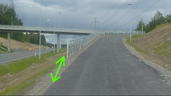Kaikki jalankulku- ja pyöräliikenne on Jyväskylän Tikanväylällä pakotettu käymään siltamäen päällä. Suoraan jatkavalle liikenteelle olisi pitänyt linjata suora ja tasainen reitti sillan alta.