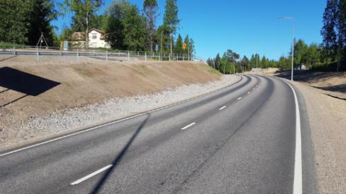 Uuraisilla ajorata on paljon tasaisempi kuin vieressä jalkakäytävä ja pyörätie.