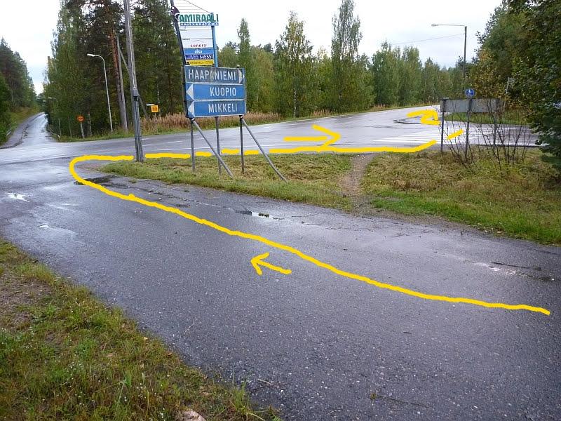 Mutkitteleva jalkakäytävä ja pyörätie sekä oikoreitti Jyväskylän Haapaniementiellä.