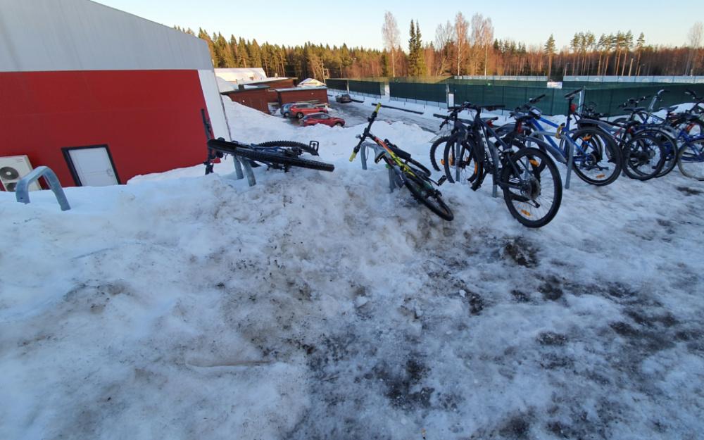 Hyvät kaaritelineet ovat hautautuneet lumeen talvella 2021. Käyttäjät ovat saaneet pidettyä osaa paikoista auki tallaamalla.