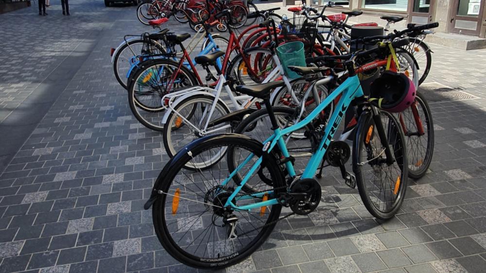 Pyöräpaikkoja ei ole riittävästi, joten parkki on tukkeutunut ja pyöriä sijoitetaan telineiden ympärille. Kuva Jyväskylän Asemakadulta.