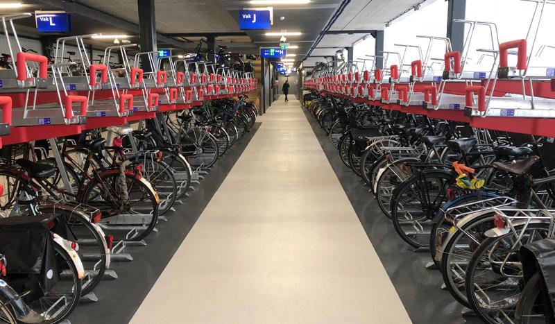 Pyöräparkkihalli Hollannin Utrechtissa. Kuva Bicycle Dutch: https://bicycledutch.wordpress.com/.