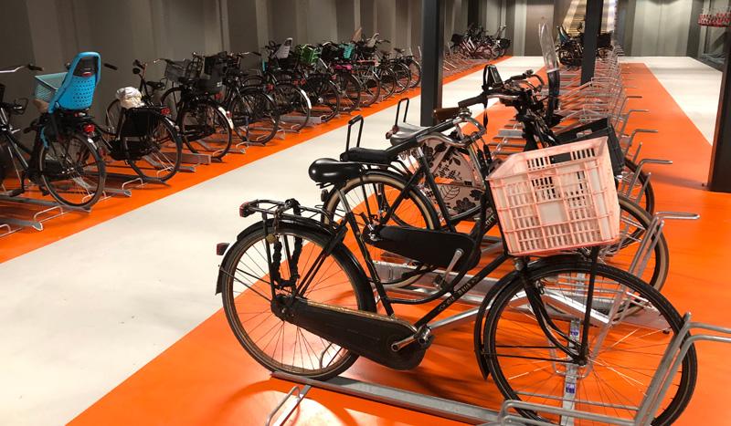 Tässä parkkihallissa Utrechtissa kokonainen kerros on varattu korillisille ja laukullisille pyörille. Kuva Bicycle Dutch: https://bicycledutch.wordpress.com/.