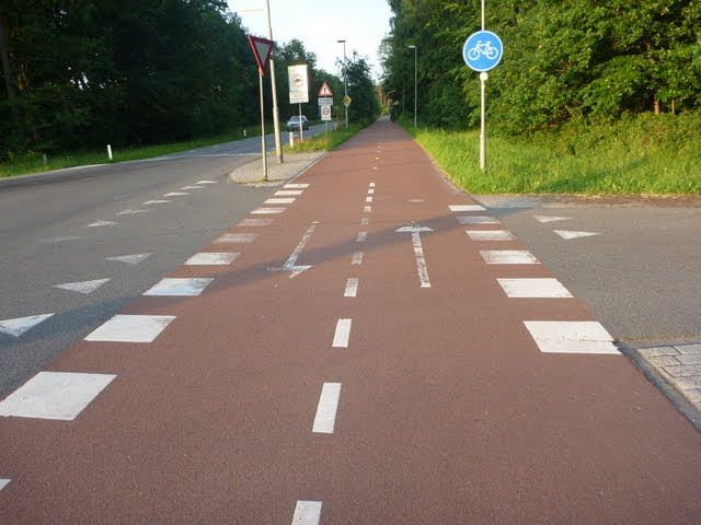 Mainiota 2-suuntaista pyörätietä Hollannissa.