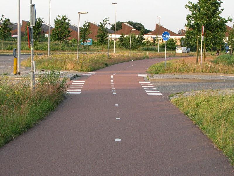 Täysin tasainen reunatueton risteys Hollannissa. Näinkin on selvästi mahdollista rakentaa.