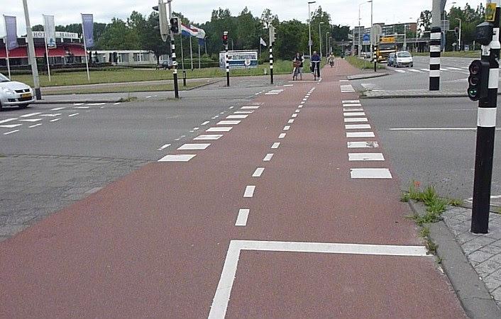 Suora, selkeä ja tasainen risteys Hollannin Bredassa.